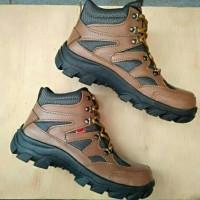 Sepatu Boots Boot Pria Kickers Kulit Safety Shoes ujung pelindung besi  Kerja Outdoor Lapangan proyek Touring Turing Sapety Safti Safeti Chep Jogger  King 8115086d1f